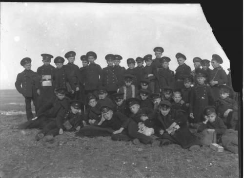 стоит шестой слева. Датировку 1914-17 гг. установил бы по внешнему виду подростков.